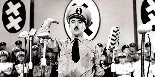 Charlie Chaplin in Nazi-Kostüm