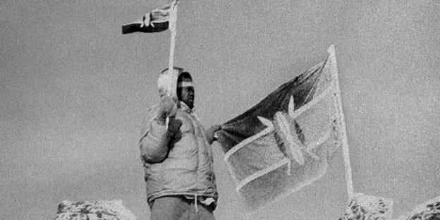 Kisoi Munyao hisst am 12. Dezember 1963 auf dem Gipfel des Mount Kenya die kenianische Flagge.