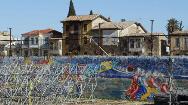 Eine Mauer mit Stacheldraht, die die Hauptstadt Zyperns teilt.