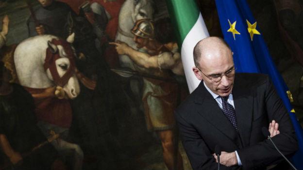 Der italienische Regierungs-Chef Letta schaut nachdenklich auf seine Hände.