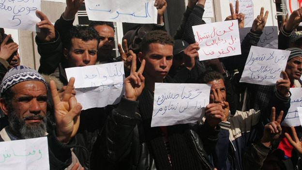Arbeitslose Tunesier sitzen vor dem Sitz der Phosphat Gafsa Company (CPG) in der Hoffnung auf die Beschäftigung in den lokalen Minen von Metlaoui, Tunesien, am 16. Februar 2011.