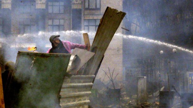 Mann in Kiew, schaut über die Schäden