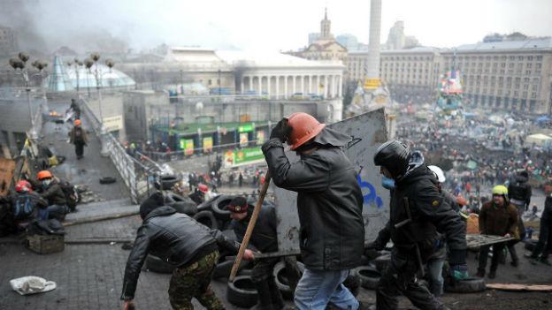 Protestierende bauen Barrikaden in Kiew
