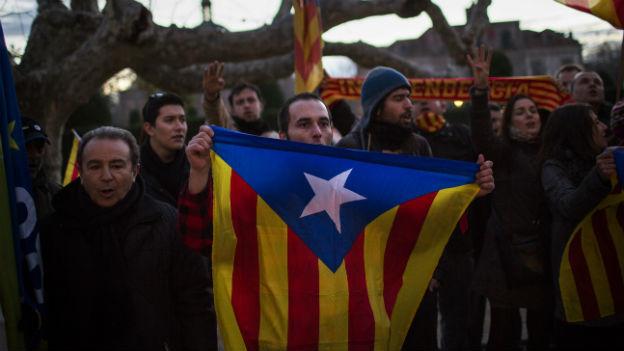 Katalanen halten die Fahren für die Unabhängigkeit hoch