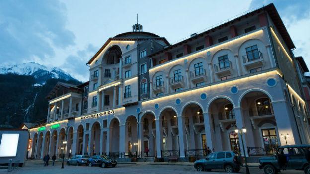 Das Hotel Rosa Khutor, das für die Winterspiele in Sotschi gebaut wurde, in der Dämmerung.