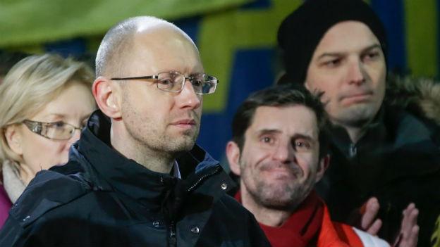 Jazenjuk zwischen Menschen an einer Kundgebung auf dem Maidan.