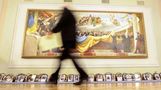 Portraits von Demonstranten, die während der jüngsten Gewalttaten getötet wurden, im Parlamentesgebäude in Kiew 27. Februar 2014.