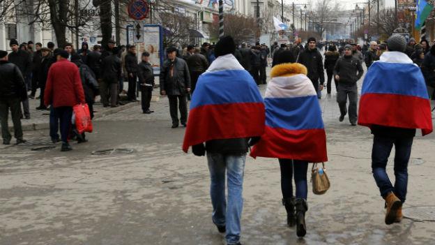 Personen mit Russland-Fahnen auf den Strassen von Simferopol