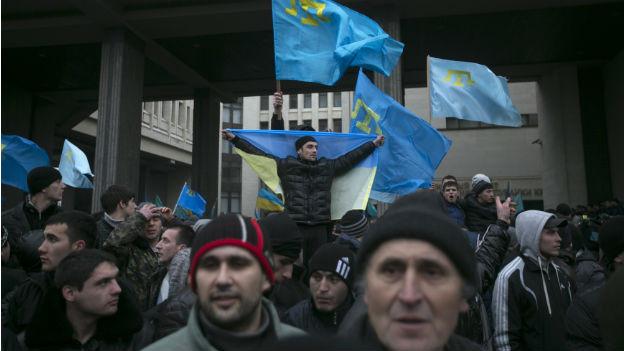 Protest von Krimtataren vor dem Parlament in Simferopol (26.2.14