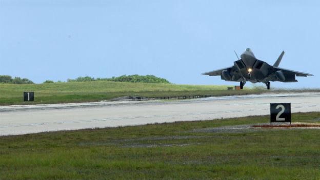Ein F-22 Kampfjet im Landeanflug.