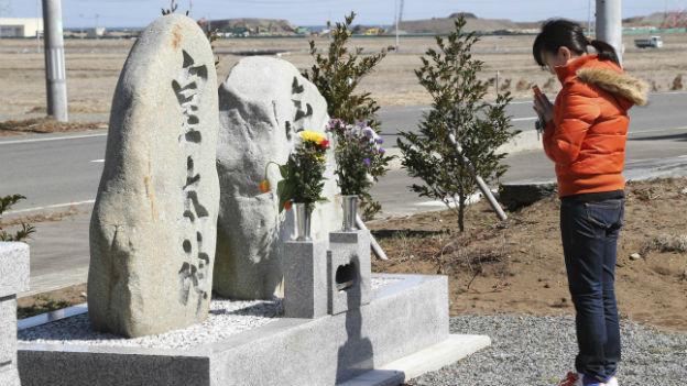 Eine Frau betet für die Opfer vom 11. März 2011 in Minamisoma in der Präfektur.
