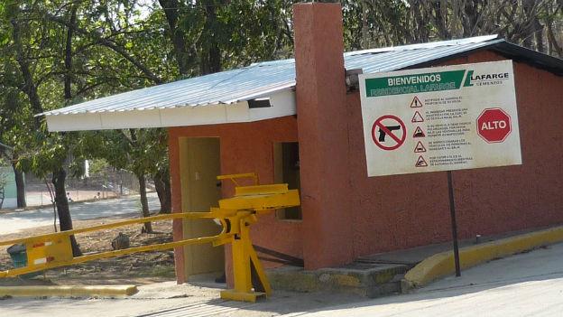Eingang zu Firmengelände in Honduras mit Schusswaffenverbot