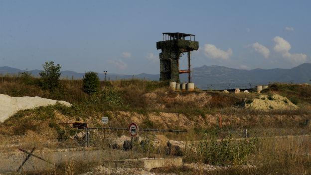 Weitwinkelaufnahme eines Wachturms im Kosovo.