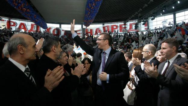 Aleksandar Vucic inmitten von Anhängern am 11.3.2014.