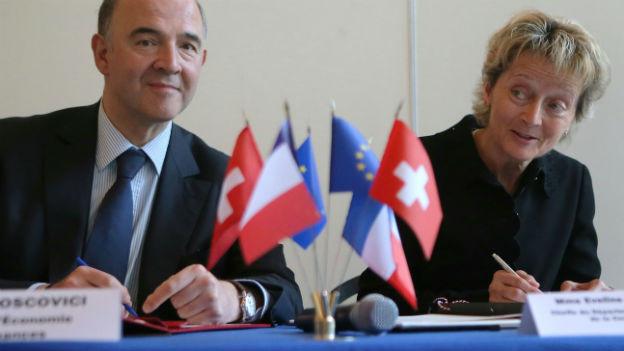 Frankreichs Finanzminister Moscovici und Bundesrätin Widmer-Schlumpf bei der Unterzeichnung des Erbschaftssteuerabkommens letzten Sommer.