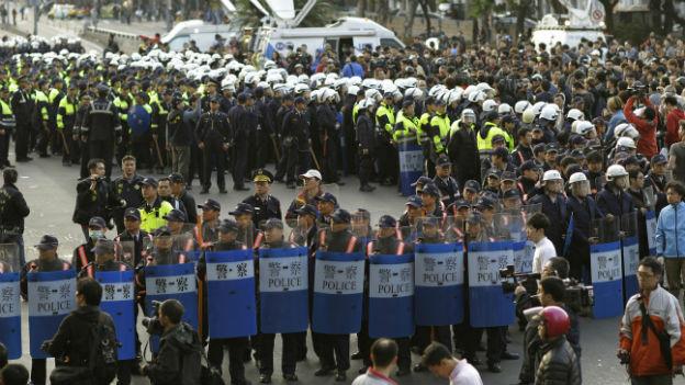 Polizisten räumen das Gelände um den Regierungssitz.