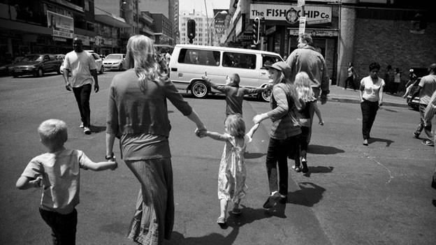 Statt in der abgeschotteten Vorort-Idylle nun mitten in Johannesburgs Hochburg der Kriminalität: Familie Branken ist von der weissen in die schwarze Welt umgezogen.
