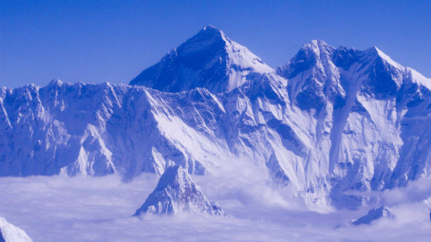 Der Mount Everest aus dem Flugzeug fotografiert.