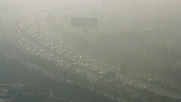 Eine Autobahn im Smog mitten im Geschäftszentrum von Peking.