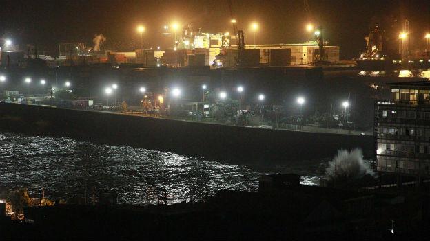 Wasser im Hafen, Dunkelheit