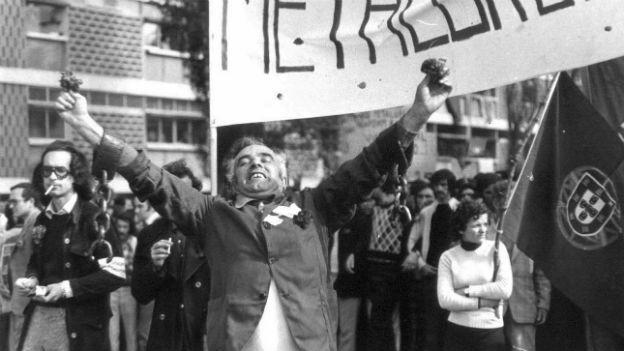Menschen in Aufbruchstimmung nach der Nelkenrevolution in Portugal.