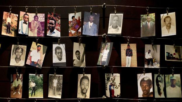 Fotos von ermordeten Menschen aus Ruanda hängen an dünnen Drähten zur Erinnerung an den Genozid vor 20 Jahren.