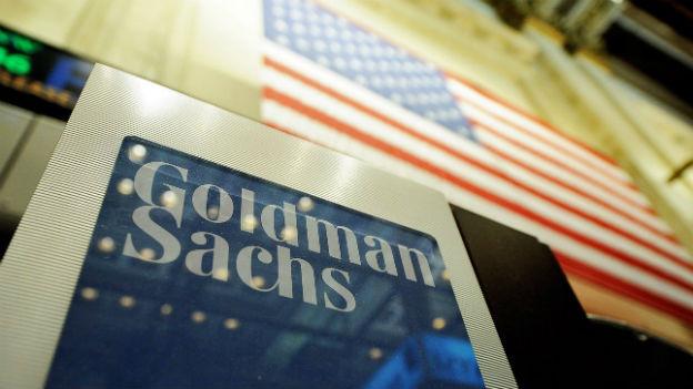 US-Grossbanken wie Firmenschild der US-Bank Goldman Sachs vor US-Flagge..