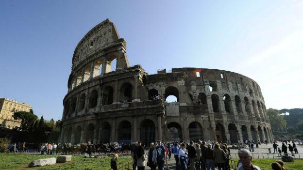 Kolosseum mit Touristen.
