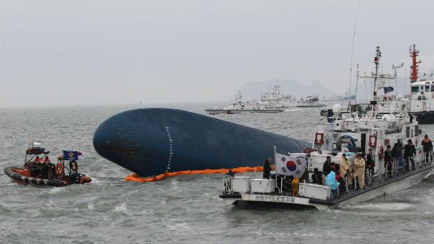 Rettungskräfte bei der gesunkenen Fähre.