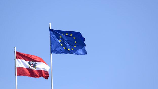Die österreichische Flagge sowie die Flagge der Europäischen Union aufgenommen am Freitag, 18. April 2014, auf der Präsidentschaftskanzlei in Wien. Die Wahl zum Europaparlament findet in Österreich am 25. Mai 2014 statt.