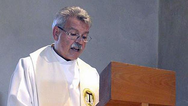Pater Willi Anderegg spricht am Mittwommerfest in der Lazariterkirche im Gfenn in Dübendorf, am 29. Juni 2013.