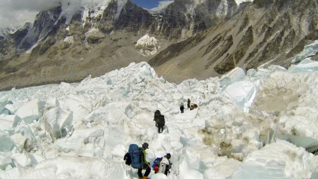 Eine Bergsteigergruppe klettert den Himalaja hoch.