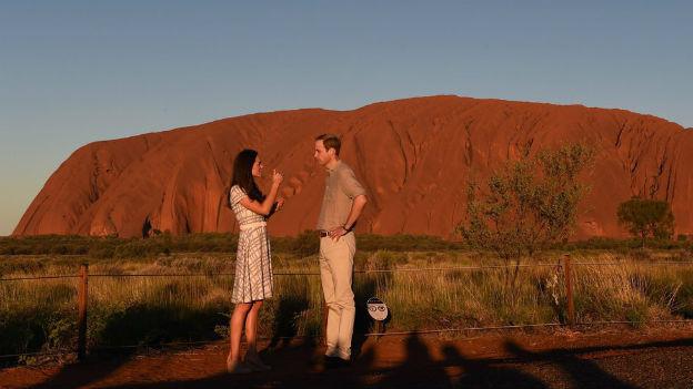 Kate und William vor dem australischen Wahrzeichen Uluru.