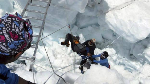 Retter kümmern sich in Eismassen um verschüttete Sherpas