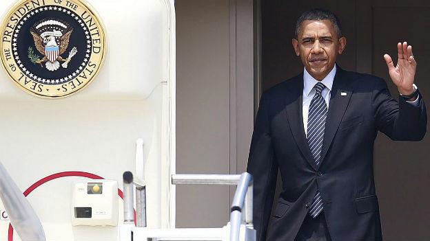 US-Präsident Barack Obama entsteigt auf seiner Asienreise der Präsidentenmaschine.