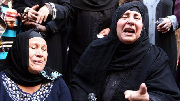 Ägyptische Verwandte reagieren vor einem Gericht während der Verhandlung von Anhängern des gestürzten Präsidenten Mohammed Mursi, in Minya, Ägypten, am 28. April 2014.