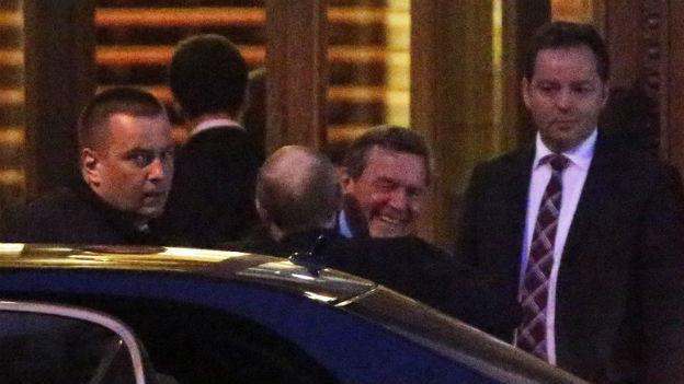 Die Umarmung von Schröder und Putin.