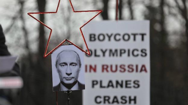 Ein polnisches Protest-Plakat gegen Putin wegen mangelnder Aufarbeitung des Flugzeugabsturzes in Smolensk
