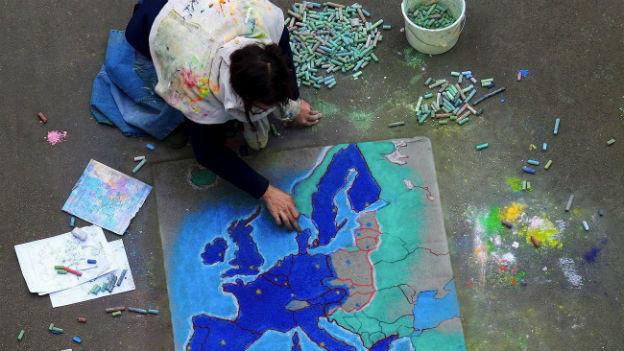 Strassenszene in Brüssel am Tag der EU-Osterweiterung 2004.
