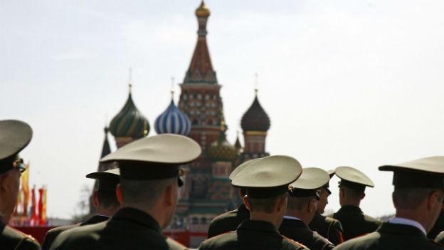 Russische Soldaten marschieren feierlich, immer am 9. Mai.