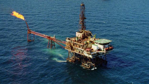 Eine Ölplattform mitten im Meer