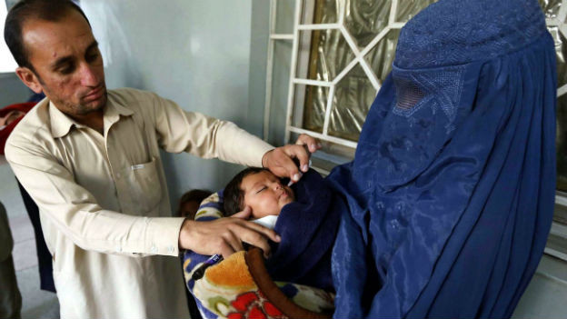 Kind in Pakistan wird gegen Polio geimpft.