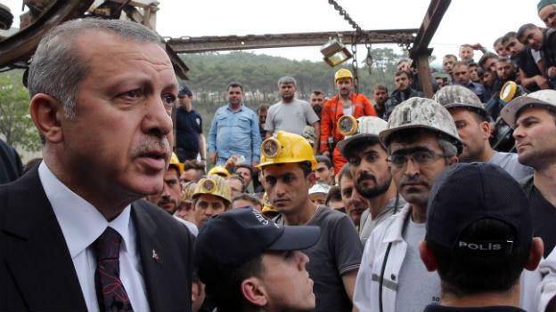 Der türkische Minister Erdogan besucht die Unglücksregion.