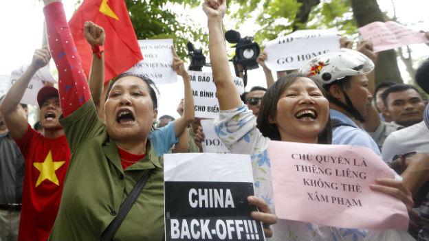 Demonstranten in Vietnams Hauptstadt Hanoi rufen anti-chinesische Parolen.