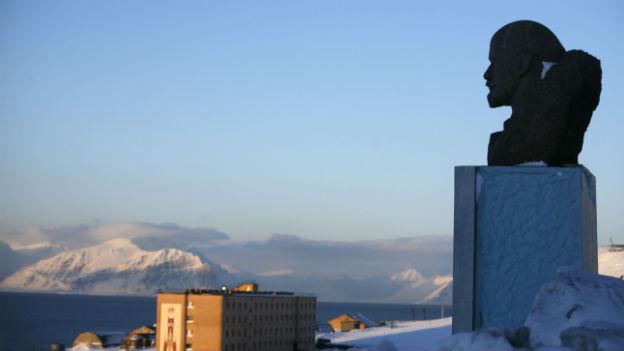 Eine Leninstatue in Barentsburg auf Spitzbergen, der nördlichste Ort der Welt, an den es regelmässige Passagierflüge gibt.