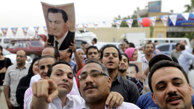 Unterstützer von Ex-Präsident Mubarak mit einem Foto am 4. Mai in Kairo.