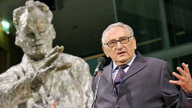 Egon Bahr bei einer Rede vor der Willy-Brandt-Statue in Berlin