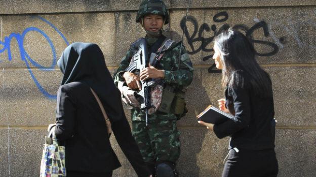 Ein Soldat am Mittwoch in einer Strasse in Bangkok.