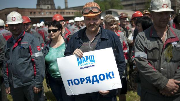 Angestellte von Achmetovs Stahlkonzern am Dienstag in Mariupol. Auf dem Plakat steht: «Marschiert. Diszipliniert.»