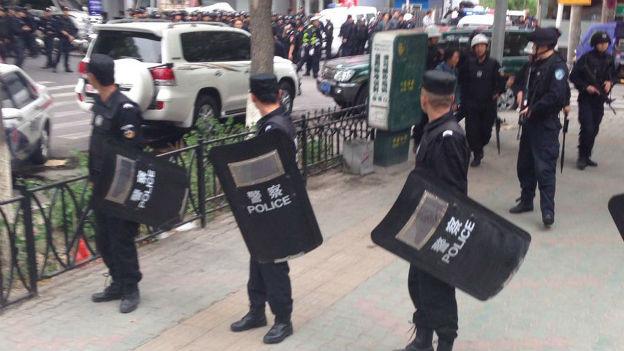 Polizeieinsatz in Urumqi nach dem Anschlag.